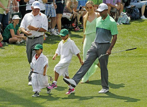 Tiger (phải) cùng hai con và người thân trong một lần đánh golf.