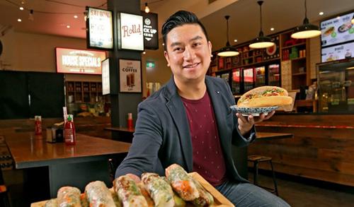 Bao Hoang, một trong ba người đồng sáng lập Rolld, chuỗi cửa hàng đồ ăn nhanh Việt Nam ở Australia. Ảnh: AFR