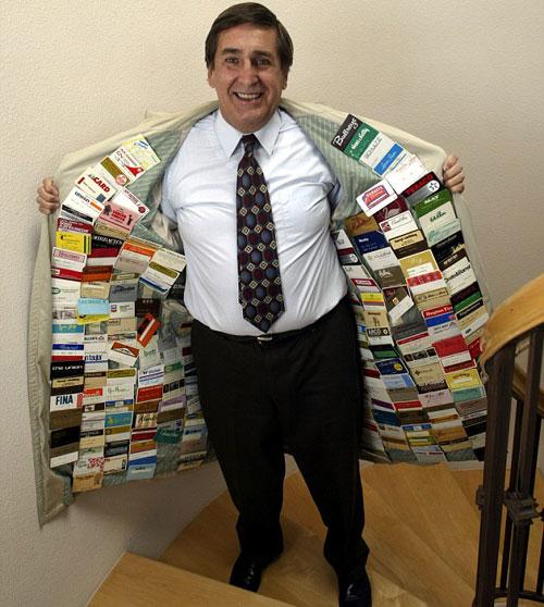 Ông Cavanagh và bộ sưu tập thẻ đồ sộ. Ảnh: AFP.