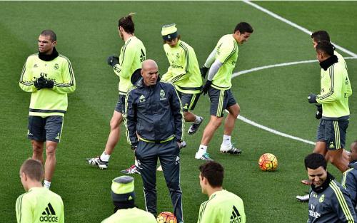 HLV Zinedine Zidane vừa nhậm chức ở Bernabeu đã gặp sóng gió. Ảnh: AFP.