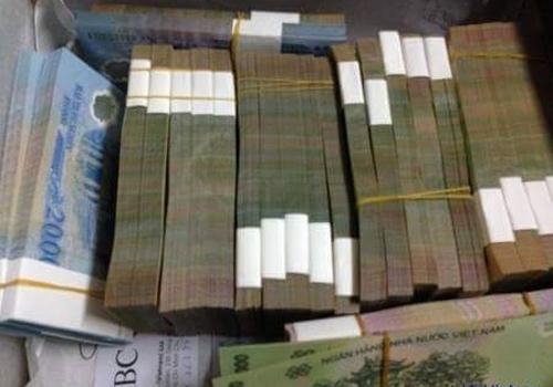 Hình ảnh các cọc tiền được cho là giả đăng tải trên tài khoản Khang Vi trước đó.