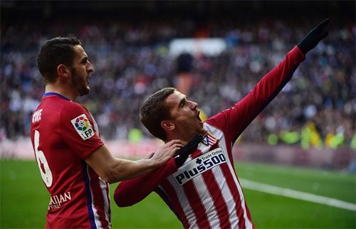 Griezmann (phải) trở thành người hùng với bàn thắng quyết định. Ảnh: Reuters