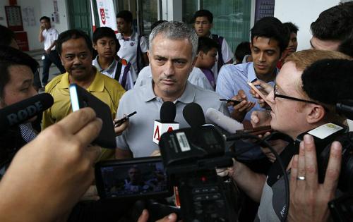 Mourinho trả lời phỏng vấn ở Singapore. Ảnh: Reuters.